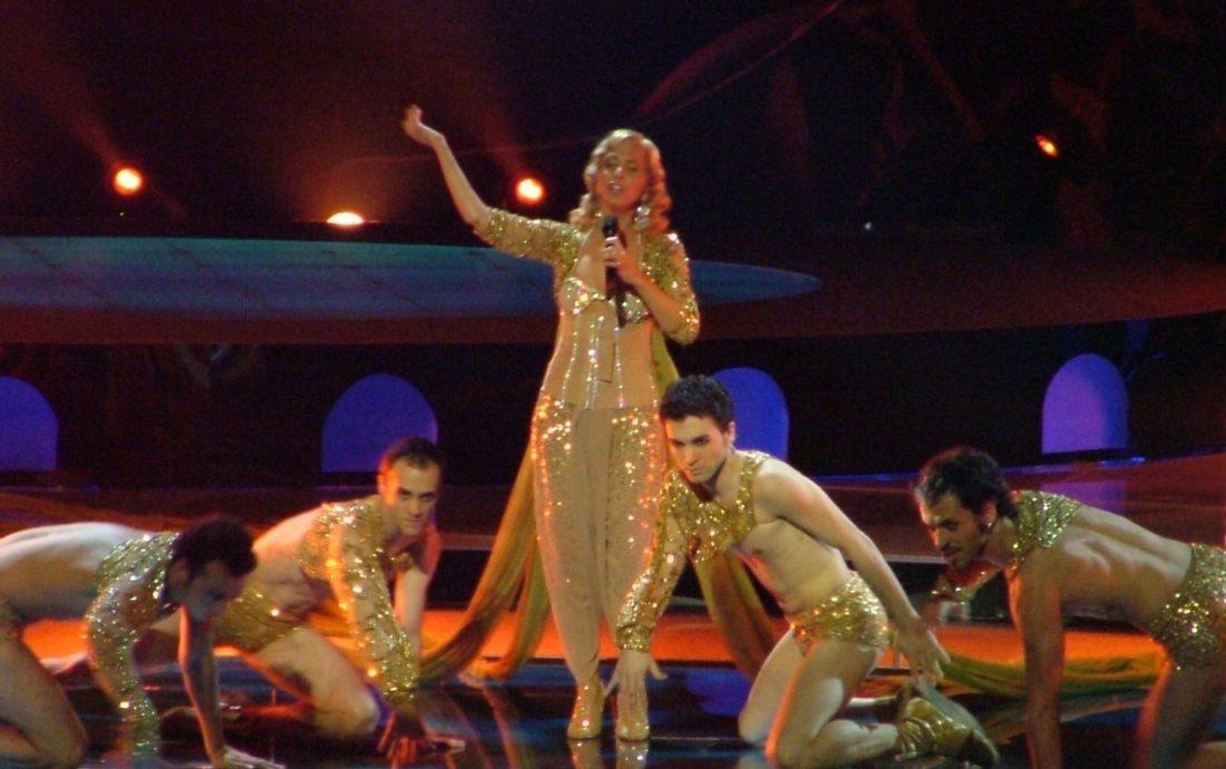 24052020_112728_Eurovision_2004_Opening_Ceremony_Sertab_Erener_grande